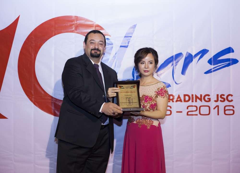 Món quà của ông Fadi dành tặng chị Lan - Giám đốc công ty
